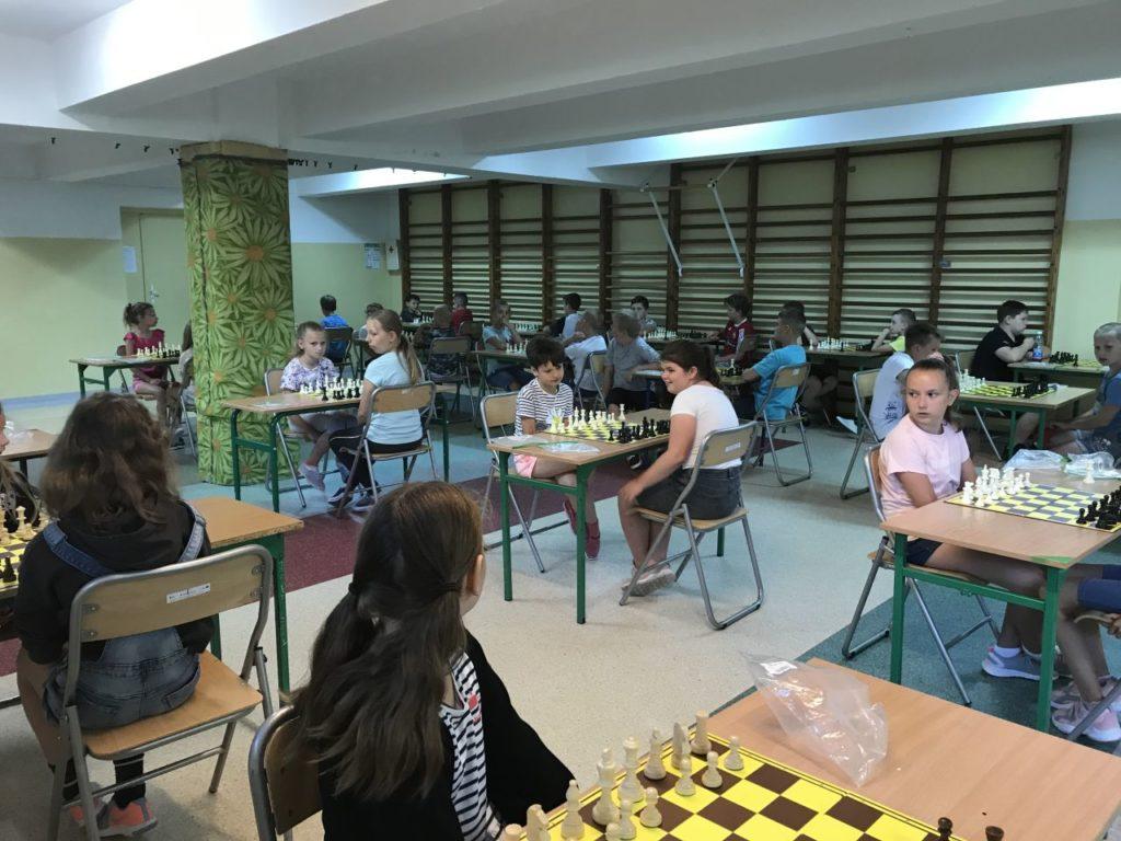 Uczesnicy turnieju szachowego Myśl i graj w sali gimnastycznej Zespołu szkolno-przedszkolnego w Kamionce Wielkiej.