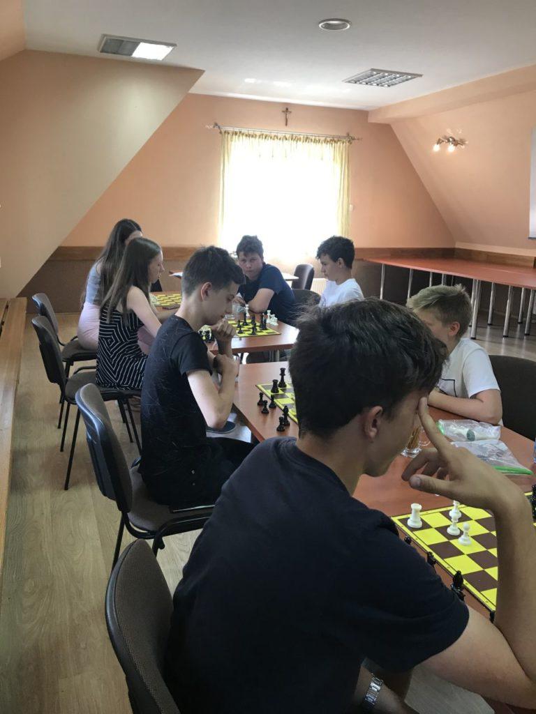 Uczesnicy turnieju szachowego Myśl i graj w sali OSP w Mystkowie.