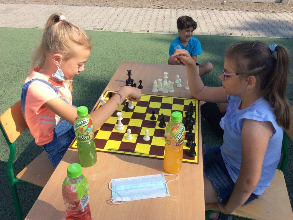 Partia szachów dziewczyn uczestniczących w Szach-Mat z biblioteką w Mystkowie.