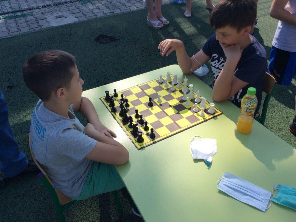 Partia szachów chłopców uczestniczących w Szach-Mat z biblioteką w Mystkowie.