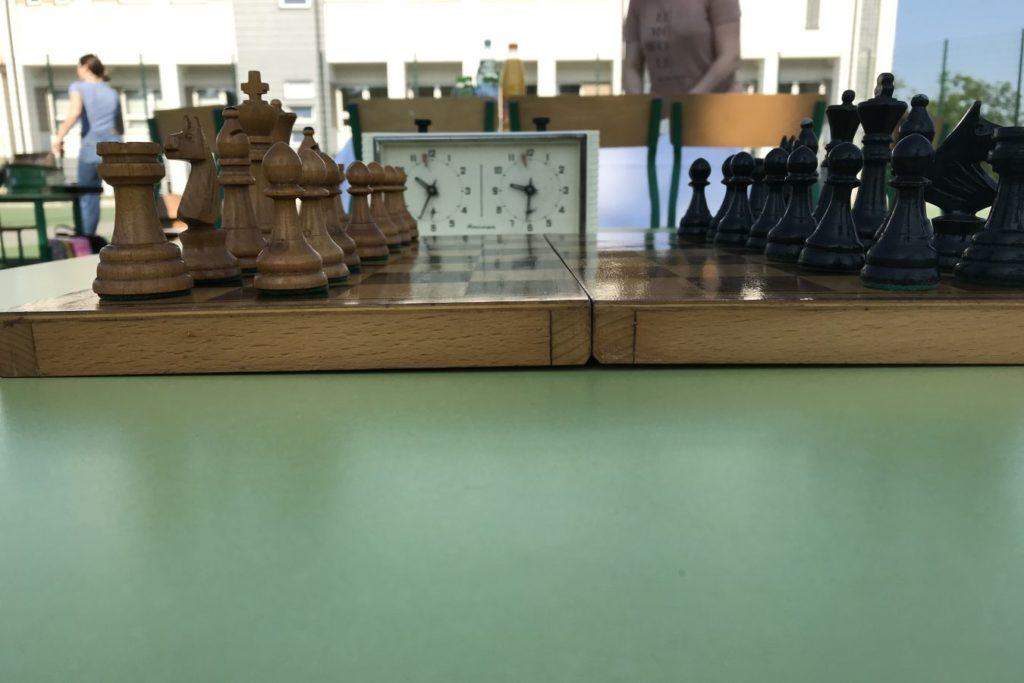 Ujęcię szachownicy z szachami w plenerze.