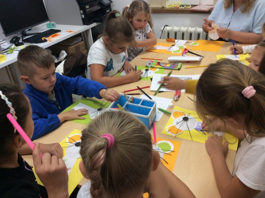 Uczestnicy wakacji podczas pracy plastycznej, papierowej myszki.