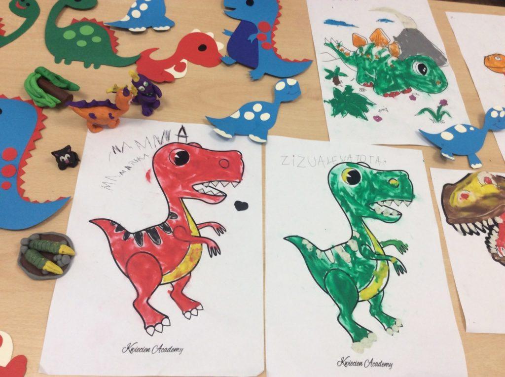 Prace plastyczne wykonane przez uczestników wakacji w filii bibliotecznej w Mystkowie. Wariacje z plasteniny na temat dinozaurów.