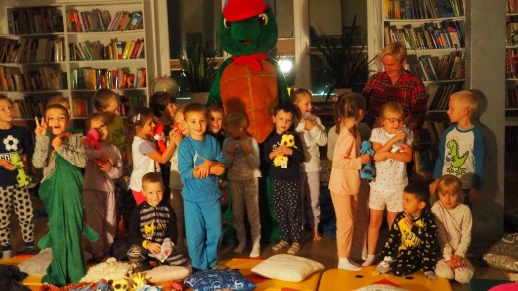 Grupowe ujęcie dzieci z Franklinem.