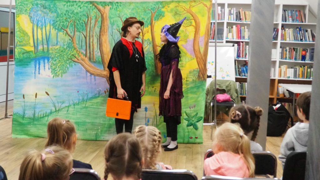 Aktorzy z Teatry Maska podczas przedstawienia.