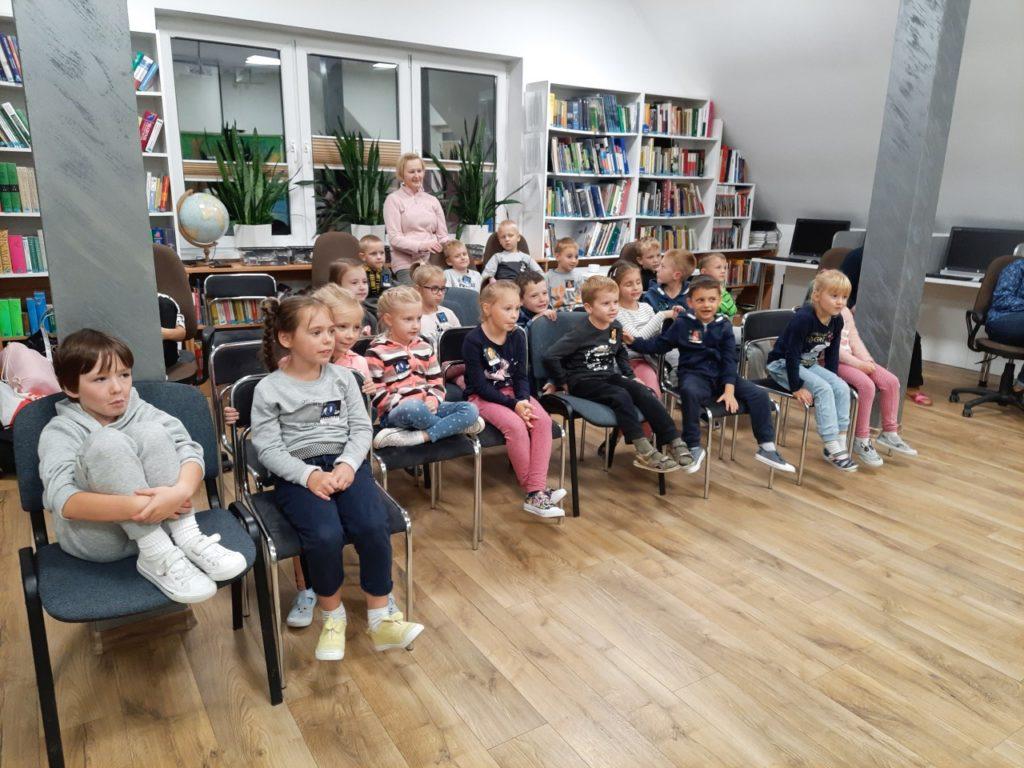 Dzieci oglądające przedstawienie na żywo Teatru Maska.