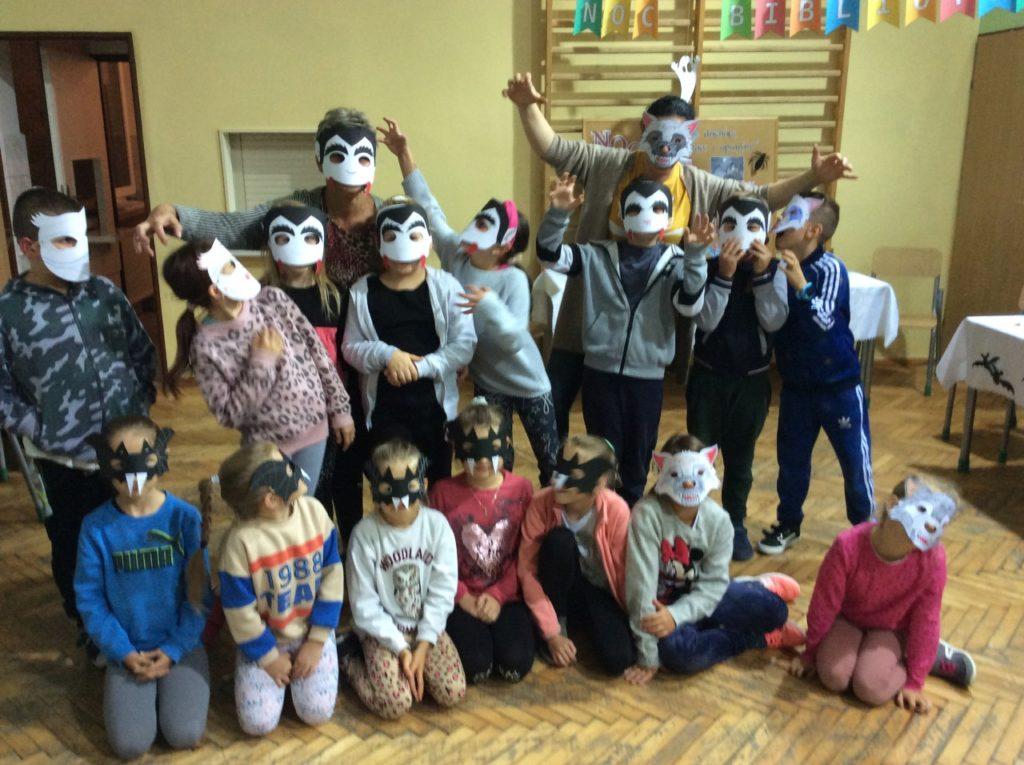 Grupowe ujęcię uczestników z organizatorami w własnoręcznie przez nich zrobionych maskach.