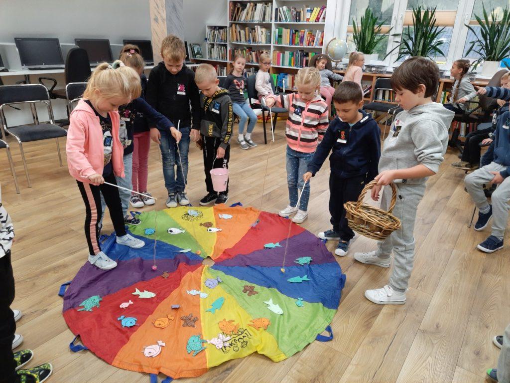 Dzieci uczestniczące w zabawach podczas Nocy Bibliotek.